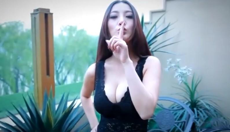 妖艳模特低胸摄影花絮~激深事业线~对镜头疯狂放电~-ms